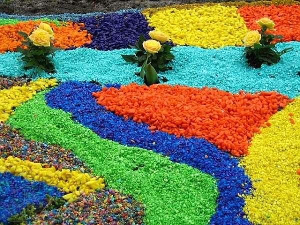 Красивое сочетание цветного щебня в ландшафте