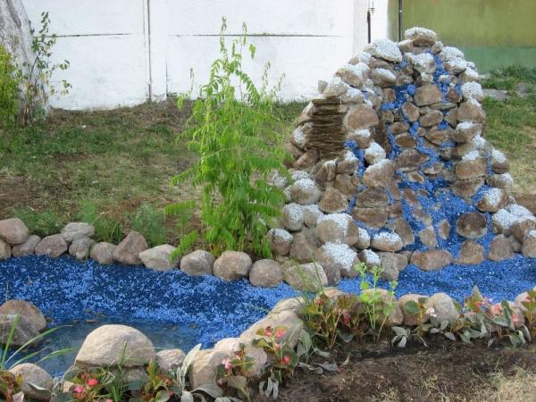 С помощью цветного щебня можно украшать дизайн загородных домов