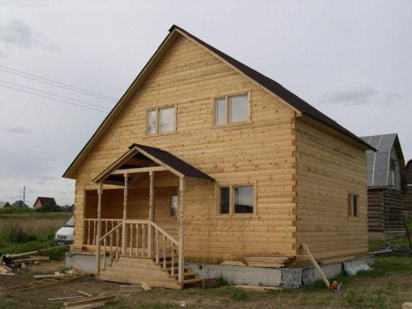 двухэтажный домик из брусового дерева