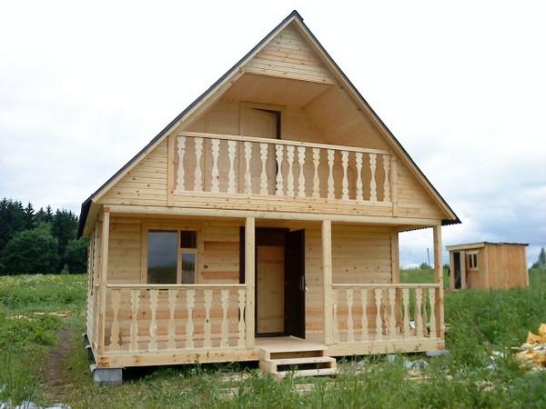 Дачный дом из дерева с балконом на втором этже