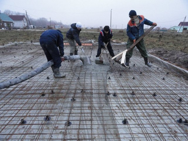 Процесс заливки фундамента из арматуры
