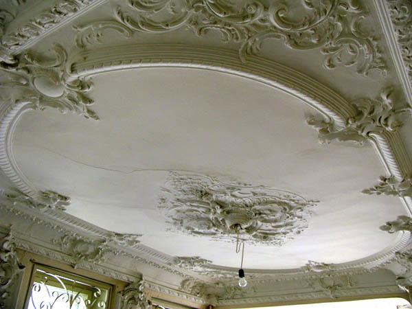 Отделываем потолок в старом стиле