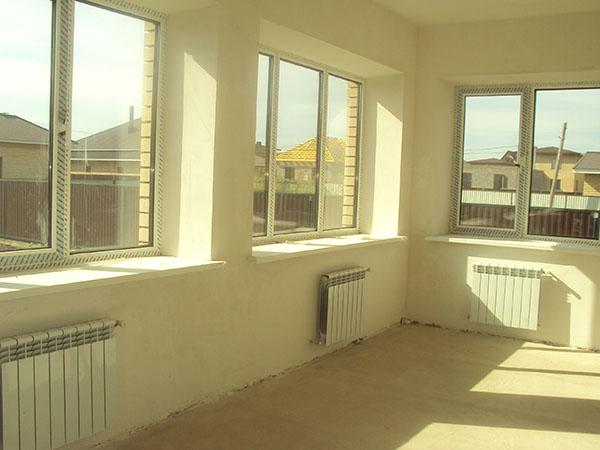 Квартира с панорамным балконом в черновой отделеке