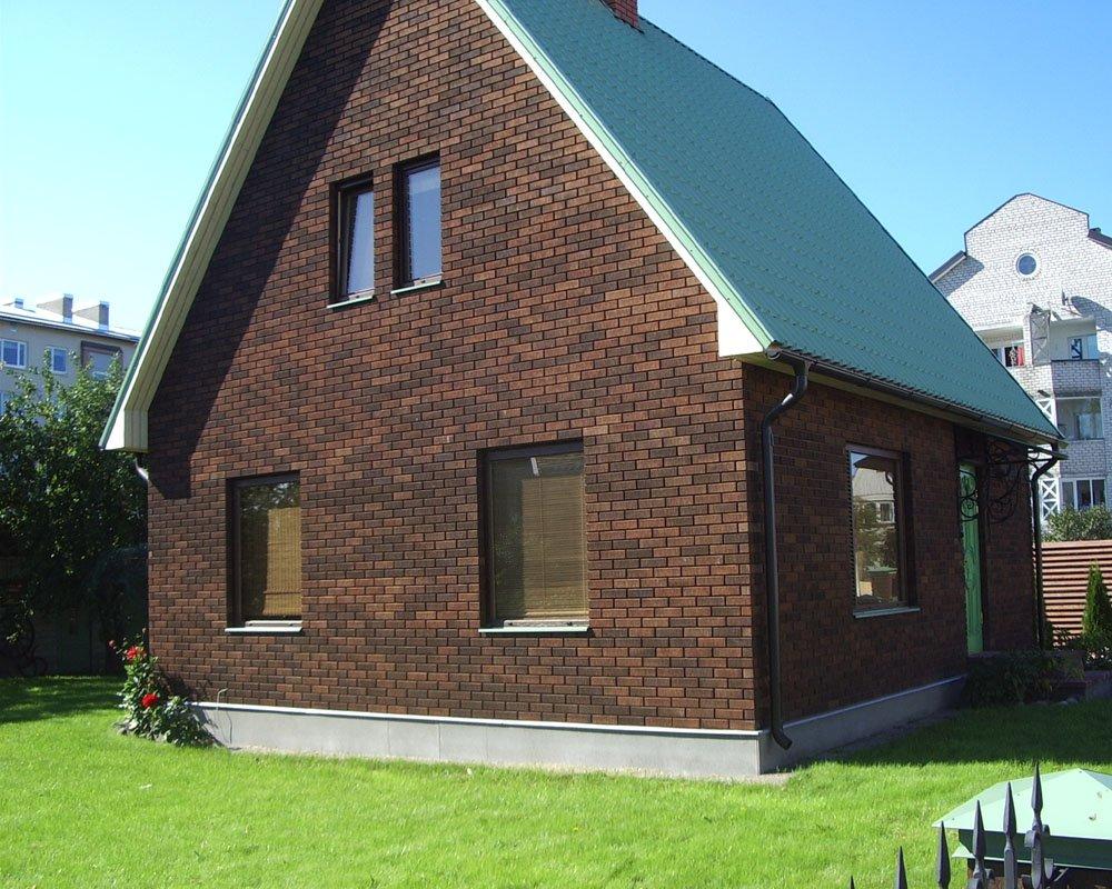 Фасад дома из кирпича двух цветов фото