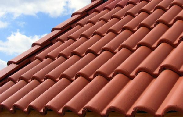 Укладка цементно-песчаной черепицы на крышу жилого дома