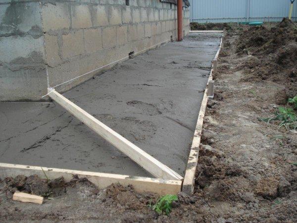 Как сделать бетонную отмостку вокруг дома?