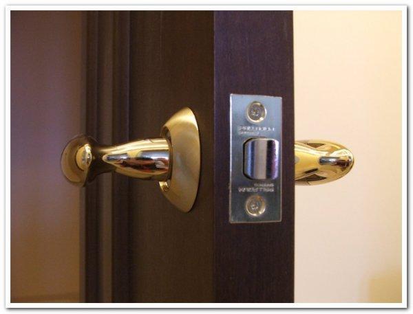 Несколько способов устранения неисправности замка в межкомнатной двери