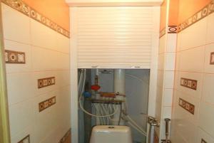 Как спрятать трубы в ванной комнате?
