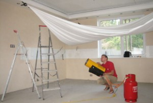 Чем привлекательны натяжные потолки?