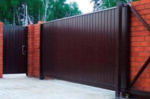 Откатные ворота с электроприводом: конструкция, разновидности, преимущества
