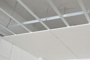 Какой потолок выбрать для квартиры – подвесной или натяжной?