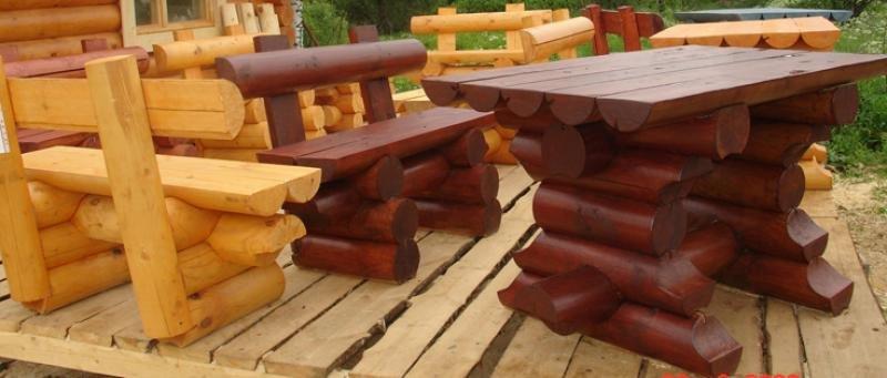 Стол на даче из бревна