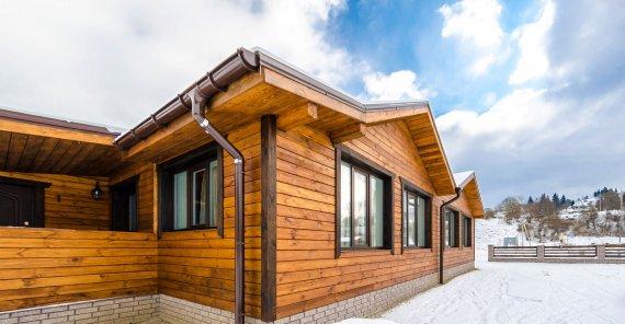 Чем обшить дом из бруса снаружи недорого?