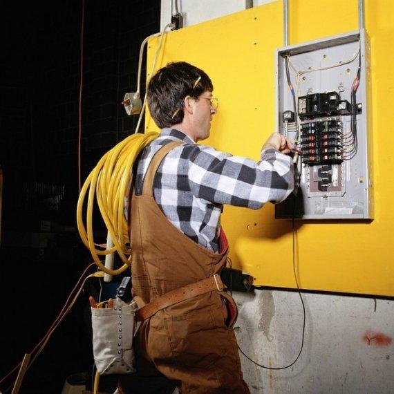 Какие виды услуг оказывает электрик на дому?
