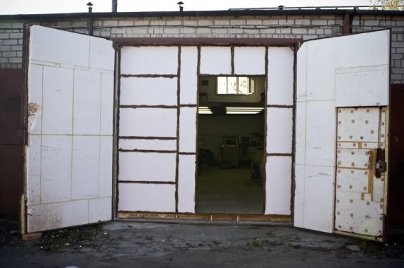 Как утеплить ворота гаража?