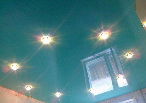 Как расположить точечные светильники на натяжном потолке?