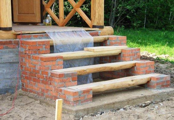 Как сделать фундамент под деревянное крыльцо?