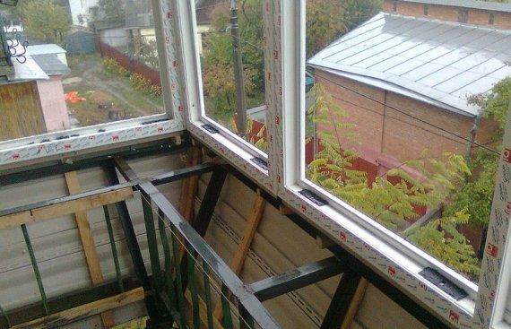 Как самостоятельно остеклить балкон?